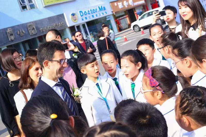"""欧盟大使来助阵 """"梦想中欧""""青少年画展首次在青岛举行"""